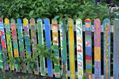 покрашенный деревянный забор