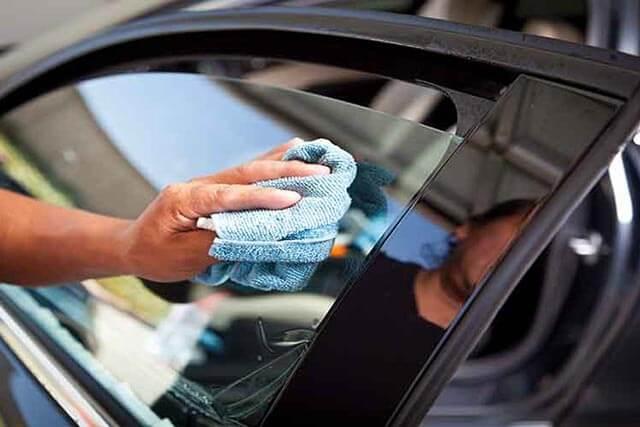 Протирать стекло