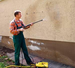 Фасадные краски довольно устойчивы к воздействиям, но использование щеток может их повредить