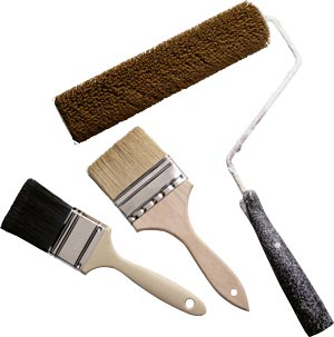 Использование широких кистей и валика позволит ускорить покраску фасада