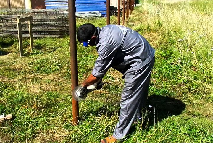 Механическая очистка столба из трубы при помощи болгарки