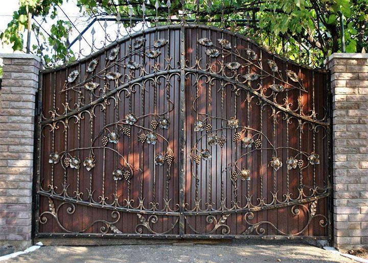 Металлические ворота с элементами ковки