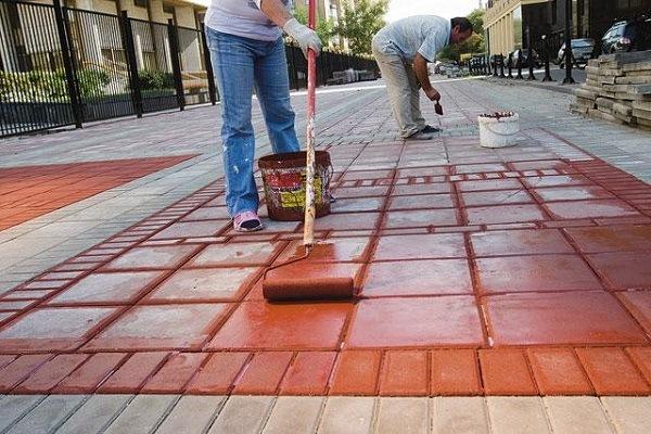 нанесение краски на тротуарную плитку