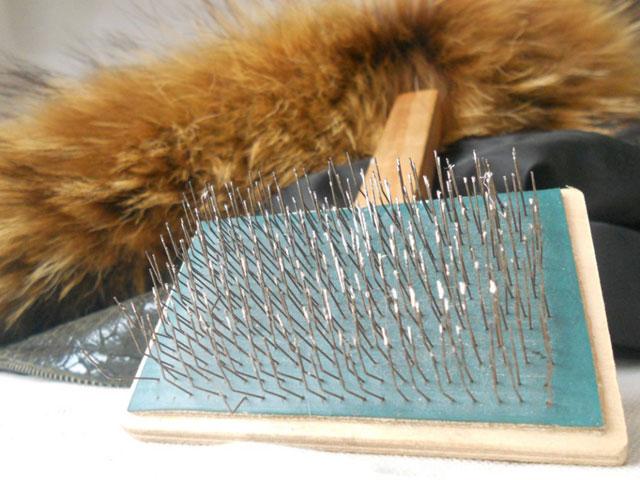 нужно расчёсывать волоски меха специальной щёткой