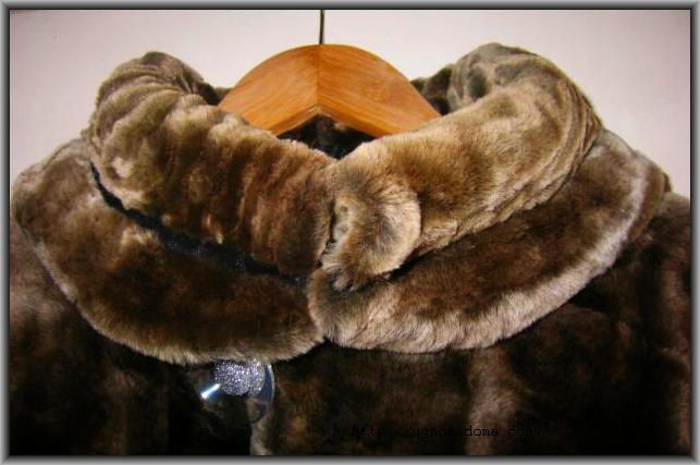 шуба на деревянной вешалке
