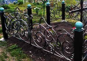 Краска для ограды на кладбище – это, иногда, и просто густые чернила, хотя о бегущем времени помнить и не мешает