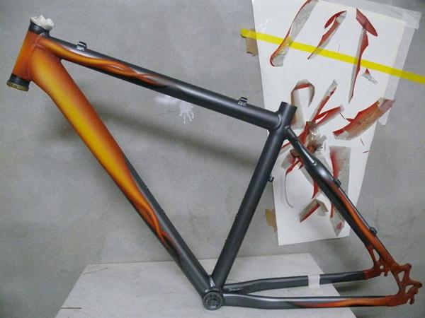 Нанесение рисунка и лака на велосипедную раму