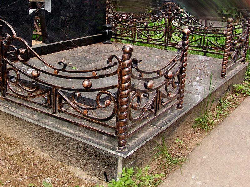 Но куда деться фантазии на грани любви даже здесь, когда приходиться решать, чем покрасить ограду на кладбище своими руками