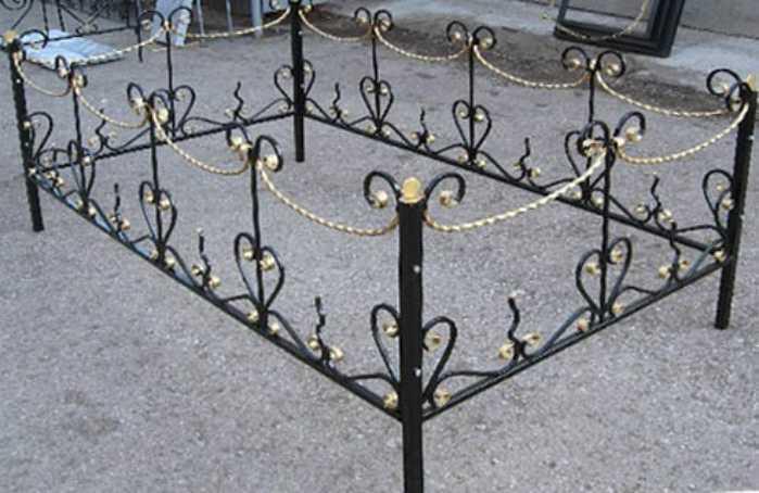 Такой путь, как на фото, совсем не решение проблемы, как быстро покрасить ограду на кладбище, но это и не то место, где время несётся, здесь оно практически останавливается