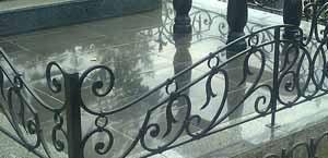 Всегда хорошо, когда покраска ограды на кладбище, согласована с другими элементами окружающего оформления