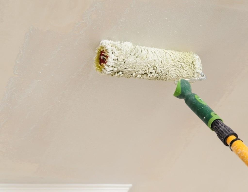 Для нанесения грунтовки на потолок следует приобрести валик, оснащенный длинной ручкой