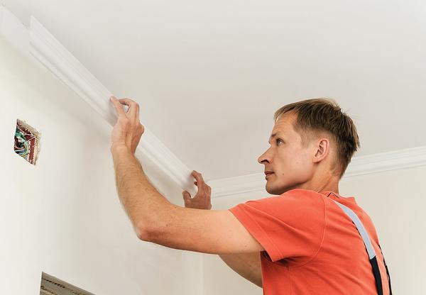 Чаще всего сначала производится монтаж галтелей, а потом уже финишная отделка стен и потолка