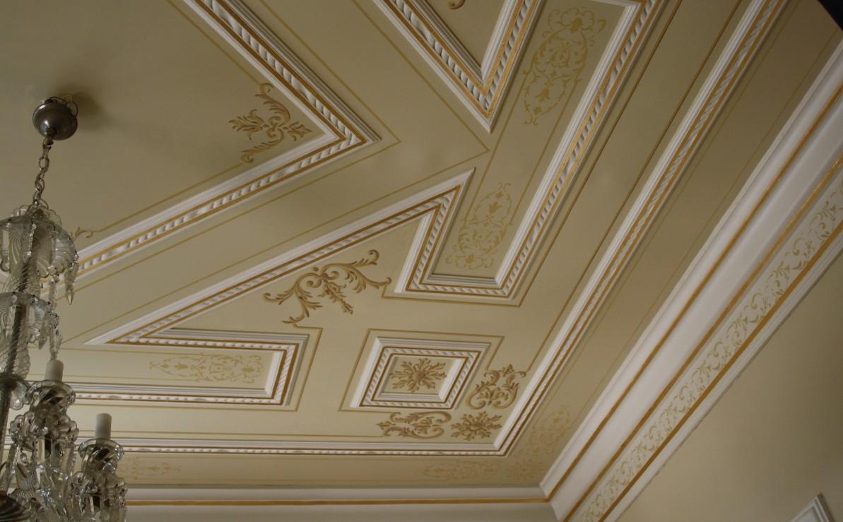 Наклейка багетов на потолок