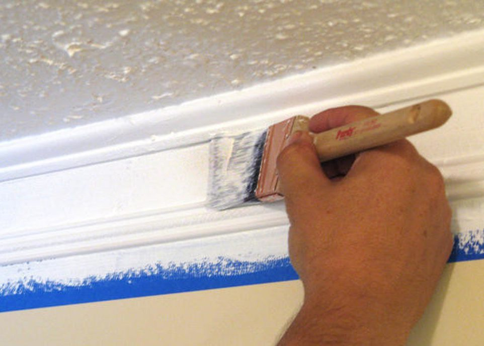 При необходимости можно покрасить плинтус белой краской