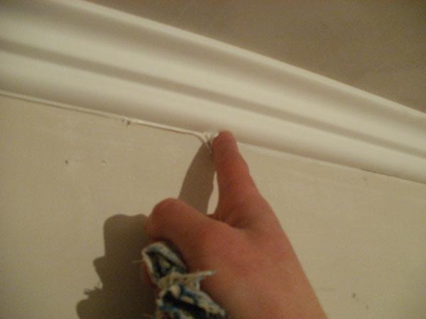 приклеивание потолочного плинтуса с помощью жидких гвоздей и герметика