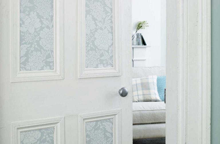 Старая дверь после обновления оклеена обоями
